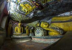 Statua di Buddha dorato adagiantesi Fotografie Stock Libere da Diritti