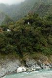 Statua di Buddha e della pagoda alta ad una montagna in Taroko Fotografie Stock