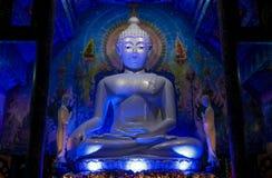 Statua di Buddha di illuminazione di notte alla pagoda del tempio blu buddista in Tailandia fotografia stock libera da diritti