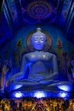 Statua di Buddha di illuminazione di notte alla pagoda del tempio blu buddista in Tailandia fotografie stock libere da diritti