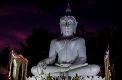 Statua di Buddha di illuminazione di notte alla pagoda del tempio blu buddista in Tailandia immagine stock