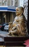 Statua di Buddha nella città Fotografia Stock Libera da Diritti