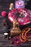 Statua di Buddha, pietre di zen ed incenso concetto della meditazione, della stazione termale e dello zen immagini stock