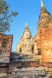 Statua di Buddha in rovina antica con alba a Wai Yai Chaimongko Immagine Stock Libera da Diritti