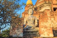Statua di Buddha in rovina antica con alba a Wai Yai Chaimongko Fotografia Stock