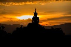 Statua di Buddha sul fondo dell'isolato di tramonto alla Tailandia fotografie stock