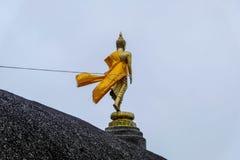 Statua di Buddha sulla montagna con flusso del vento fotografie stock libere da diritti