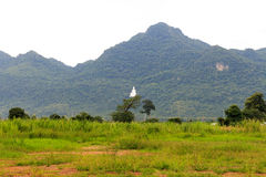 Statua di Buddha sulla montagna con nuvoloso Fotografia Stock Libera da Diritti