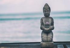Statua di Buddha vicino al mare fotografia stock