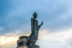 Statua di camminata di Buddha immagini stock
