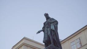 Statua di Charles IV sul quadrato dei crociati, Praga, repubblica Ceca video d archivio