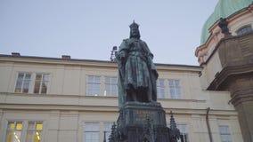 Statua di Charles IV sul quadrato dei crociati, Praga, repubblica Ceca stock footage