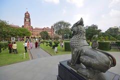 Statua di Chinthe che guarda sopra la precedente costruzione dell'alta corte in Rangoon Myanmar Fotografie Stock