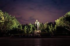 Statua di Deng Xiaoping nella notte in a per in porcellana fotografia stock libera da diritti