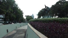 Statua di Diponogoro vicino al parco di Suropati, Jakarta stock footage