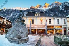Statua di Dott. Gabriel Paccard, Chamonix-Mont-Blanc, Francia Via e Mountain View Immagini Stock Libere da Diritti
