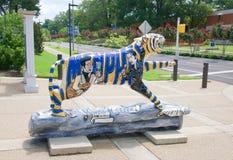 Statua di Elvis Presley Themed Hand Painted Tiger all'università di Memphis immagini stock