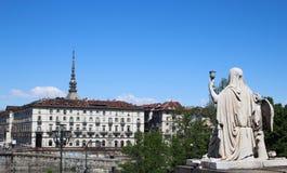 Statua di fede con il Graal e la talpa santi Antonelliana preso da Gran Madre di Dio, Italia fotografie stock