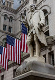 Statua di Franklin con le bandiere americane Fotografia Stock Libera da Diritti