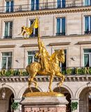 Statua di Giovanna d'Arco sulle piramidi del DES del posto a Parigi immagini stock libere da diritti