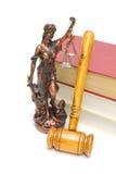 Statua di giustizia, del martelletto e dei libri su fondo bianco Immagine Stock Libera da Diritti