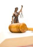 Statua di giustizia su un fondo bianco. foto verticale. Fotografia Stock
