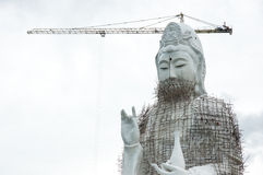 Statua di GuanYin in costruzione in tempio Fotografie Stock Libere da Diritti
