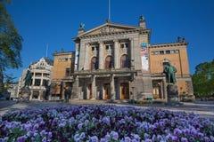 Statua di Henrik Ibsen al teatro nazionale Nationaltheatret a Oslo fotografia stock