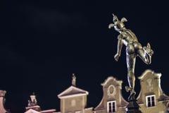 Statua di Hermes in Città Vecchia di Danzica di notte, la Polonia Fotografia Stock