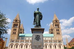Statua di Ignasz Szepessy davanti a St Peter ed alla st Paul Basilica a Pecs Ungheria Fotografia Stock