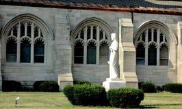 Statua di Jesus Christ e finestre della chiesa cattolica fotografie stock