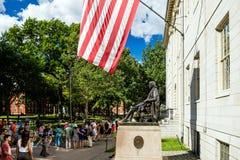 Statua di John Harvard nell'università di Harvard a Cambridge fotografia stock