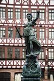 Statua di Jusitia davanti al Römer Francoforte/Germania immagine stock libera da diritti
