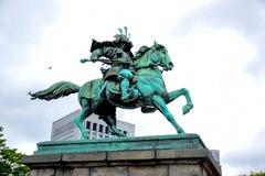 Statua di Kusunoki Masashige, il grande samurai, al giardino fuori del palazzo imperiale a Tokyo fotografia stock libera da diritti