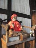 Statua di legno buddista della figurina dentro il tempio di Todai-ji e la gente, Nara Japan Fotografia Stock Libera da Diritti