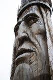 Statua di legno della testa del nativo americano scolpita gigante Fotografia Stock