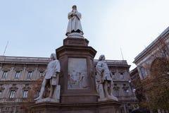 Statua di Leonardo Da Vinci in della Scala, Milano, Italia della piazza fotografie stock libere da diritti