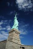 Statua di libertà con cielo blu Immagini Stock