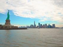 Statua di libertà & del tramonto di New York City immagine stock