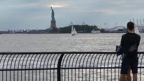 Statua di libertà & del tramonto di New York City archivi video