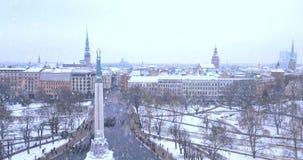 Statua di Liberty Milda a Riga, Lettonia stock footage