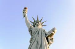 Statua di Liberty Replica Isolated On Blue - alto vicino Immagini Stock