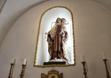 Statua di Madonna e del bambino sopra l'altare in una piccola chiesa a Masseria IL Frantoio, Italia del sud Immagine Stock Libera da Diritti