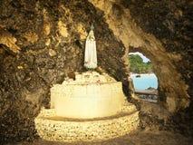 Statua di Maria della madre nella grotta fotografia stock