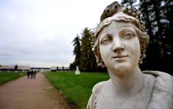 Statua di marmo amabile sulla proprietà russa del paese immagini stock libere da diritti
