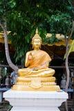 Statua di meditazione di Buddha dell'oro Fotografia Stock