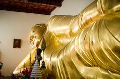 Statua di menzogne di Buddha Immagine Stock