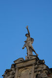 Statua di Mercury - un dio romano importante che sta su una facciata della costruzione immagini stock libere da diritti