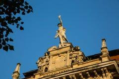 Statua di Mercury - un dio romano importante che sta su una facciata della costruzione fotografia stock libera da diritti