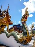 Statua di Naka sulla balaustra della scala alla pagoda buddista tailandese Immagine Stock